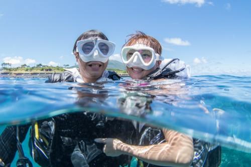 水面に顔を出してからも笑顔の二人。お幸せに!(撮影/堀口和重)