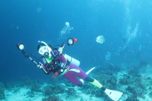 1本目のダイビングで初心者丸出しのセッティングを見せつけるすいか