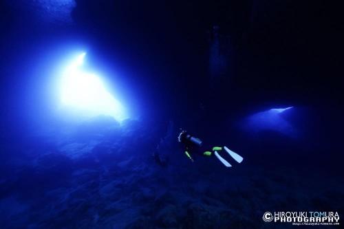 洞窟のなかをくぐると光が……