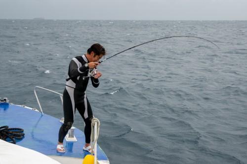 ダイビングが終わるとすぐさま釣り開始!?(撮影/堀口和重)