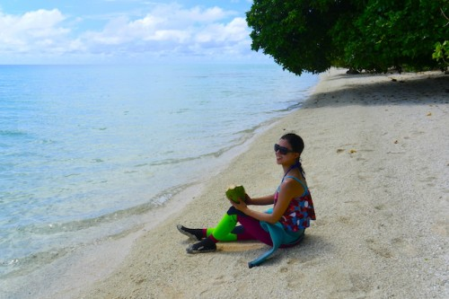 その辺に落ちてるココナッツで水分補給