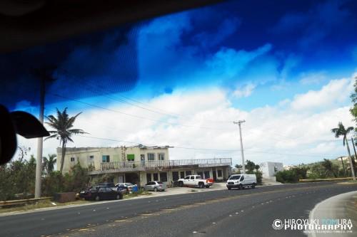 建築物の屋根が吹き飛ばされるなど、台風の爪痕が今も残る[