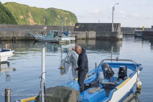 テングサ漁に行くためにスカリ(網)の準備をする。岡田港にて