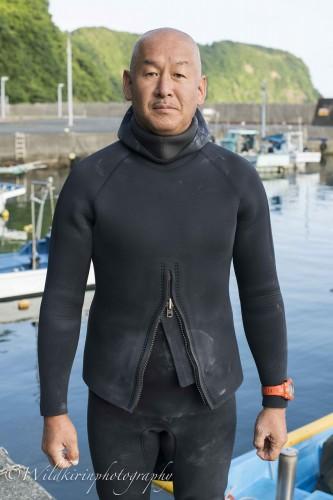 今回取材に協力してくださった、伊豆大島でダイビングショップを営む漁師の桧山氏