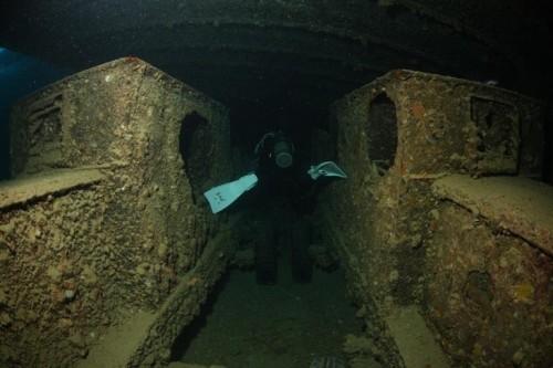 4.トラックの間を慎重に進む沈船内部@紅海