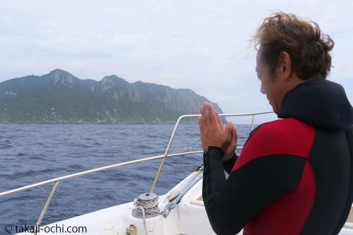 木村さんは、沖ノ島にエントリーする際、毎回手を合わせてから潜っている