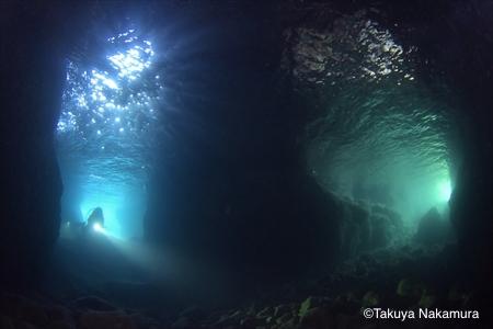 菜種島「青と緑の洞窟」(撮影:中村卓哉)