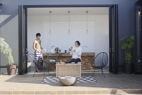 Aタイプの部屋のオープンキッチン&テラス。4人まで宿泊可能