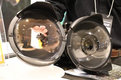 左が「ユニバーサルドームポート210/AR」。ARコートが施されているので、色が違う