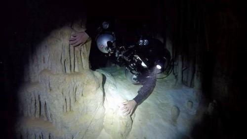 ケーブの中を潜る田原さん