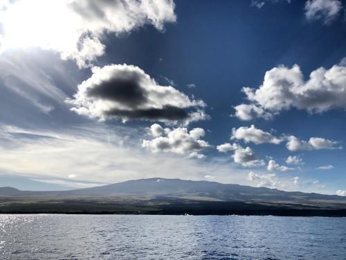 コナの海を見守るフアラライがくっきり!