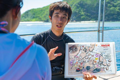 マップを使って丁寧にブリーフィングをする松本さん