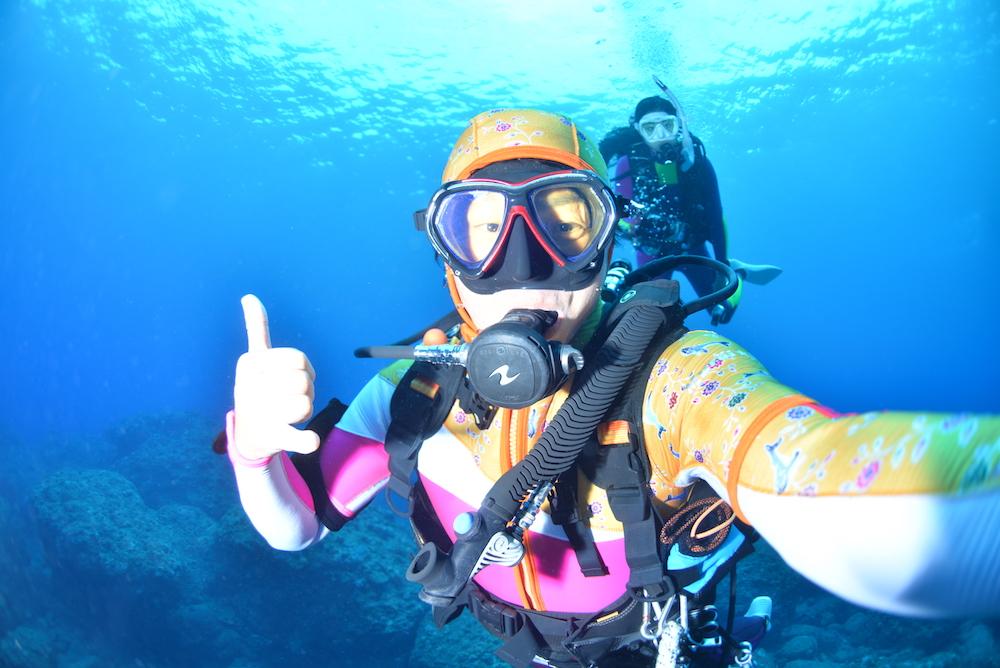 ロングファスナー付きウエットスーツ「KSZ」を水中写真家・むらいさちさんがレビュー