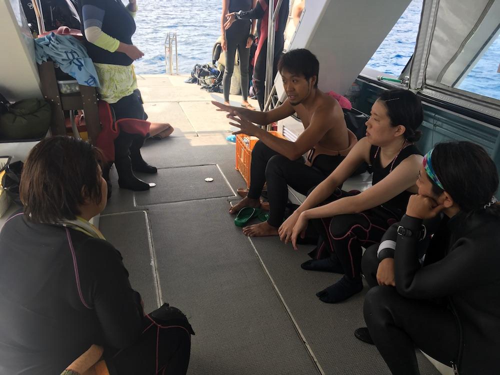 昨年の様子:船上でレクチャーする石野さん