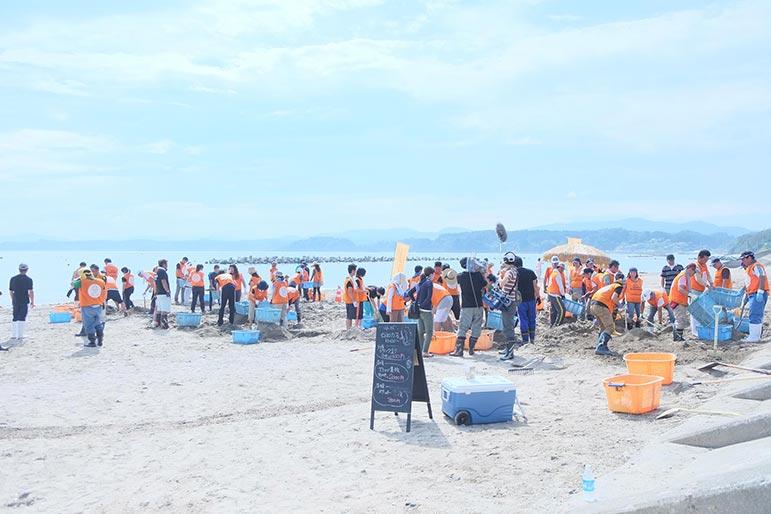 子どもたちの願いに応え海水浴場をオープンするため の海岸清掃活動