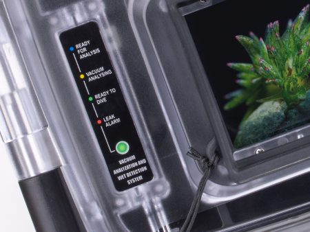 4色のLEDインジケーターでハウジング内の状況をモニターできる。