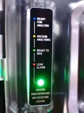 緑色高速点滅:充電中 緑色点灯:充電完了