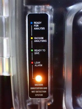 黄色点滅:分析圧力適正値以下 黄色点灯:真空分析進行中