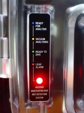赤色点滅:真空分析NG 赤色点灯:リークセンサーが水分検出