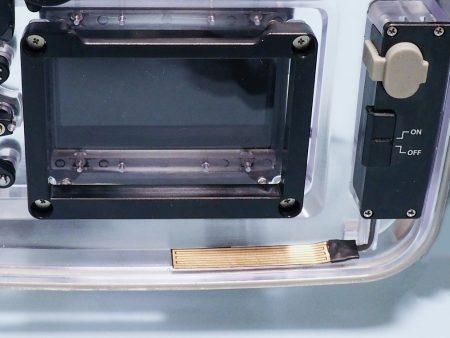 バキューム&リークセンサーはリアケースに内蔵された充電式電池により動作する