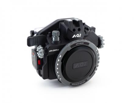 オリンパスOM-D E-M5 Mark III専用ハウジング(Black) UH-EM5III ¥146,850(税込) ハウジング本体重量1,340g。オール樹脂製ボディにより一般的なミラーレスカメラ用金属製ハウジング比約70%の重量を実現。撮影、セッティング、運搬時等の負担を低減