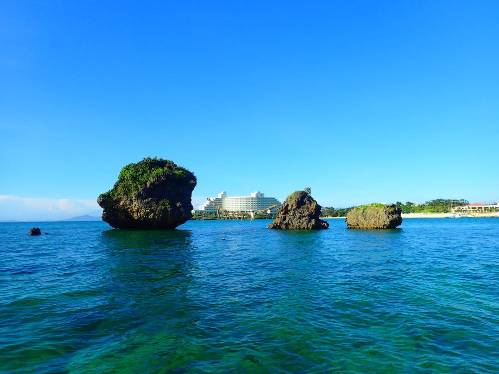 ビーチからすぐのエリアにサンゴ礁が広がっている