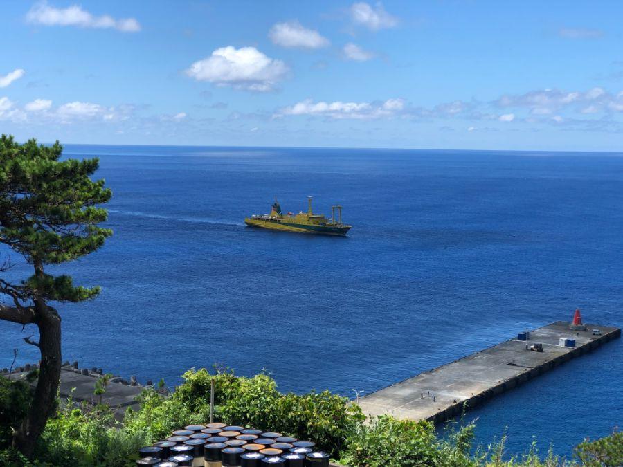 御蔵島の港と東海汽船の橘丸