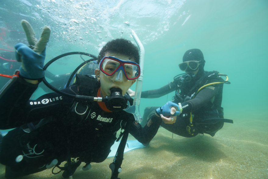 水中で初めての呼吸!段々と慣れてきて、カメラに向かってピース!