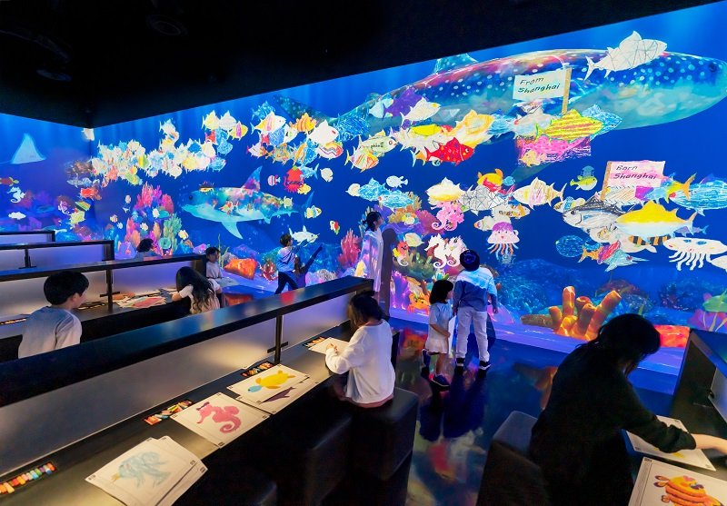チームラボ、お絵描きした魚が世界の展覧会を回遊する境界線なき共創体験を提供