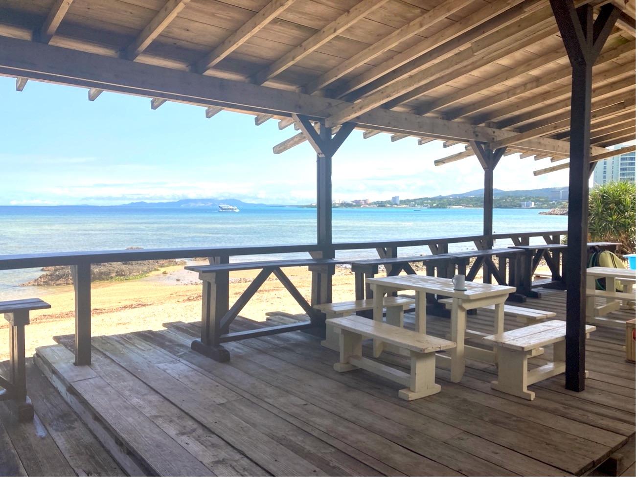 ショップのテラス席とマリブビーチ