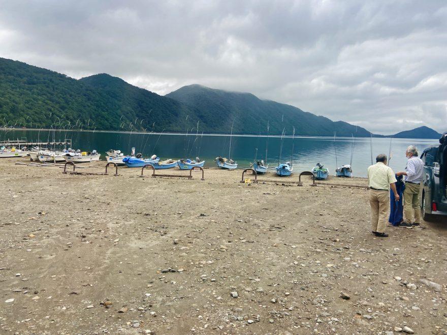 周囲を美しい山々に囲まれる支笏湖