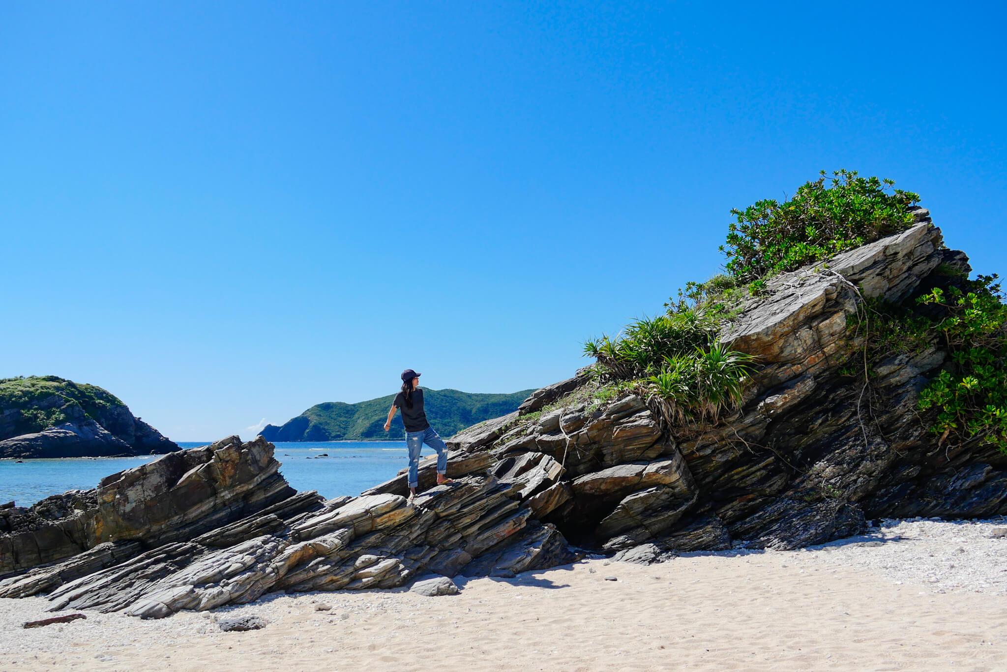クシバルビーチにそびえ立つ岩